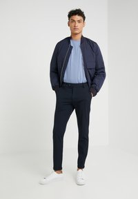 Les Deux - COMO LIGHT SUIT PANTS - Suit trousers - navy