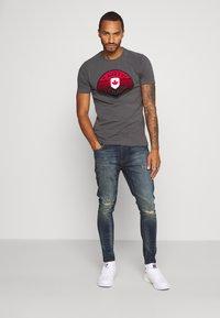 Alessandro Zavetti - CANADA BOTTICINI  - Print T-shirt - grey - 1