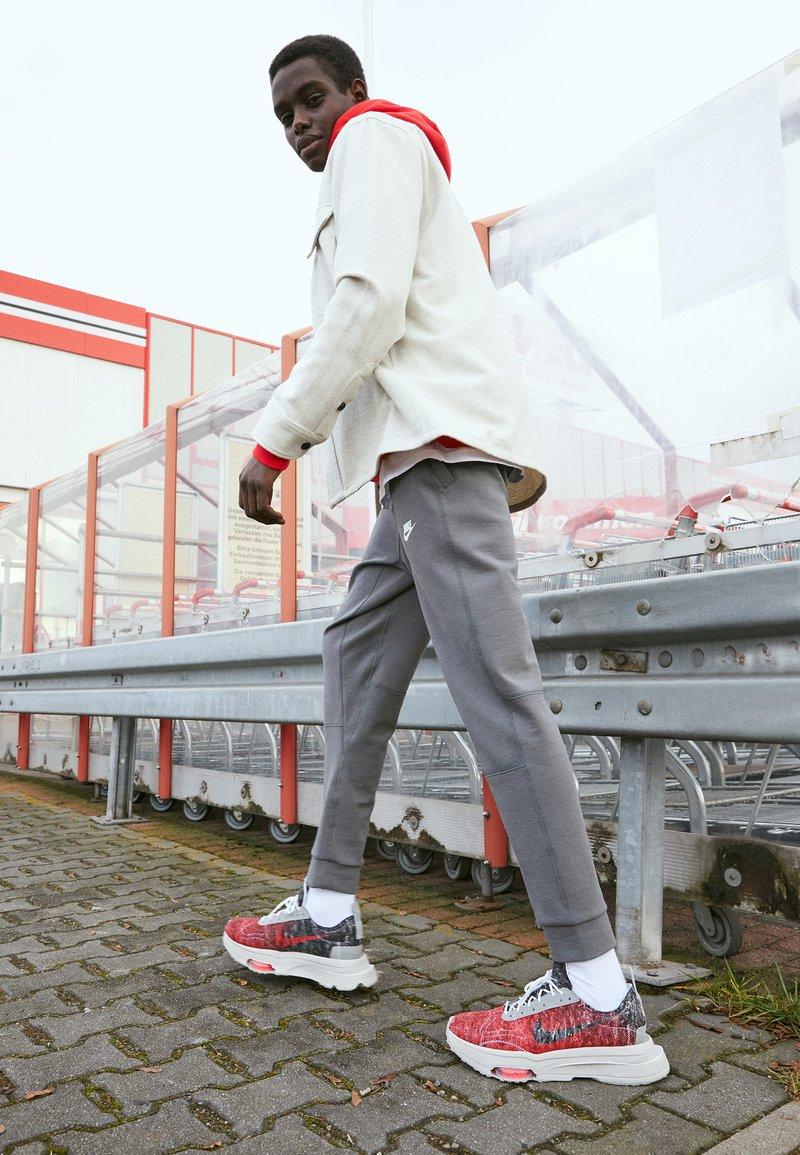 Nike Sportswear - AIR ZOOM TYPE M2Z2 UNISEX - Trainers - bright crimson/white