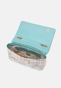 Guess - CESSILY CONVERTIBLE BODY FLAP - Handbag - multi - 2