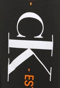 Calvin Klein Jeans - URBAN GRAPHIC LOGO CREW NECK UNISEX - Collegepaita - black - 6