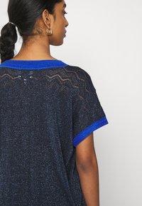 Nümph - NUBELINDA DARLENE - Print T-shirt - dark blue - 4