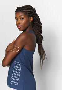 Puma - PUMA TWIST IT WOMEN'S TRAINING TANK TOP FRAUEN - Camiseta de deporte - dark denim - 3