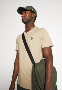 Lyle & Scott - V NECK - T-shirt - bas - sand storm - 3