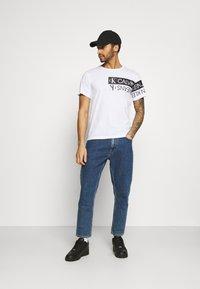 Calvin Klein Jeans - MIRROR LOGO SEASONAL TEE - T-shirt con stampa - bright white - 1