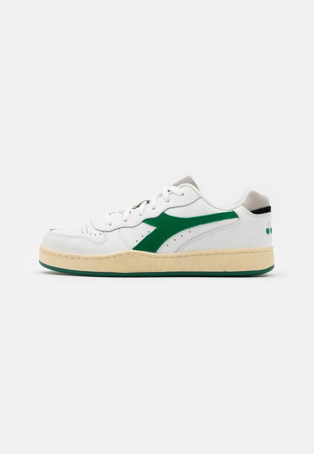 BASKET USED UNISEX - Sneakersy niskie - white/verdant green