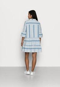 Vero Moda Petite - VMAKELA CHAMBRAY - Denní šaty - light blue - 2