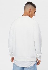 Bershka - MIT RUNDAUSSCHNITT  - Sweatshirt - white - 2