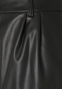 Vero Moda Petite - VMSOLAFIE - Shorts - black - 2