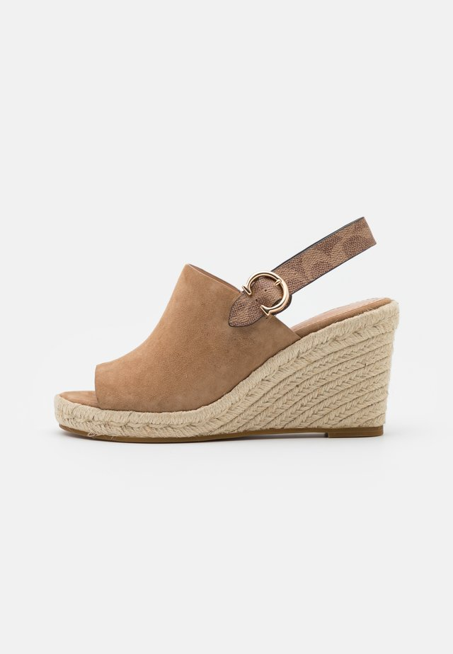 POPPY SIG WEDGE - Sandalen met sleehak - peanut