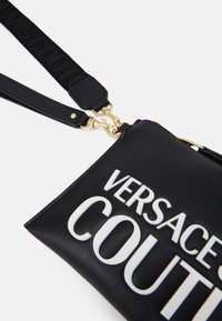 Versace Jeans Couture - MEDIUM POUCHMACROLOGO - Clutch - nero - 5