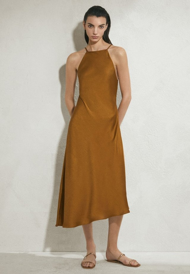 MIT AUSGEFRANSTEM SAUM - Day dress - brown