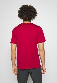 Nike Performance - BREATHE RUN - Camiseta estampada - noble red - 2