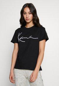 Karl Kani - SIGNATURE BASIC TEE - T-shirt con stampa - black/white - 0