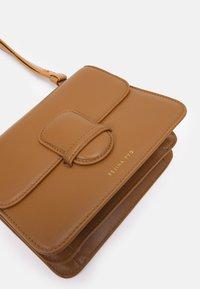 Rejina Pyo - HARPER BAG SMALL - Across body bag - biscuit - 4