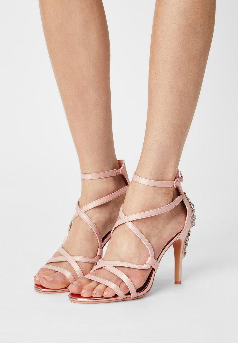 Buffalo - CLAUDIA - Sandalen - blushed pink