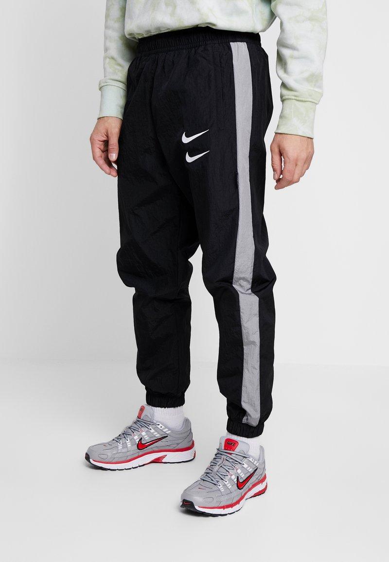 Nike Sportswear - Träningsbyxor - black/particle grey/white