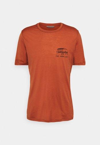TECH LITE CREWE THE GOOD LIFE - Print T-shirt - roote