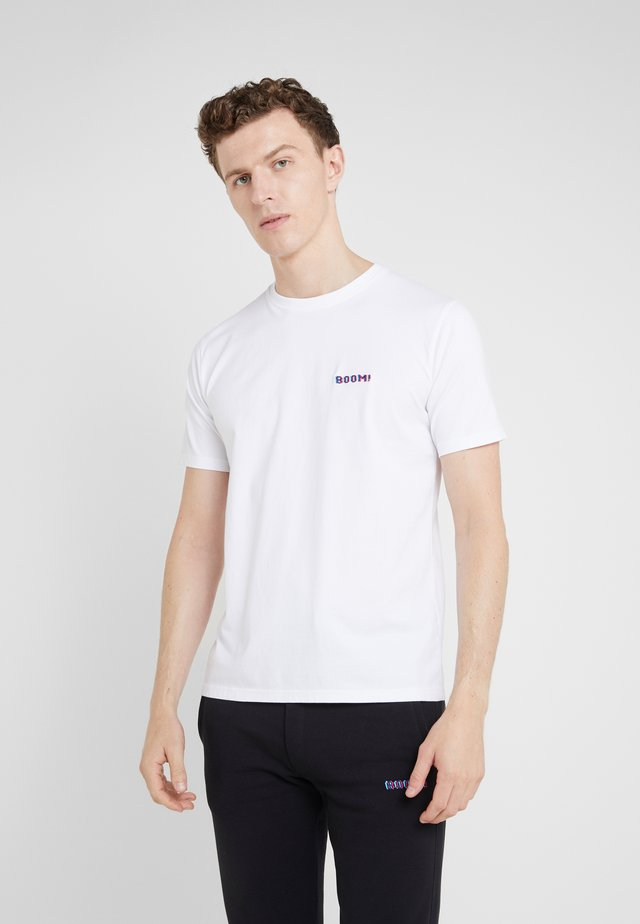 SMALL BOOM - Print T-shirt - white