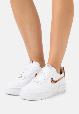 AIR FORCE 1 PIXEL - Sneakers - white