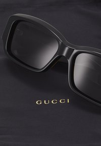 Gucci - Zonnebril - black/black-grey - 2