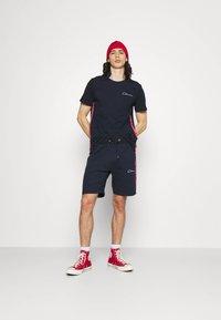 CLOSURE London - TAPED SCRIPT TEE SHORT TWINSET SET - Print T-shirt - navy - 1