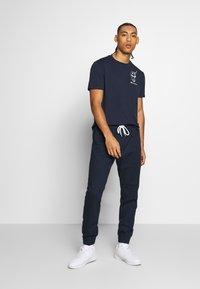 Champion - ROCHESTERS GRAPHIC CREWNECK - T-shirts print - dark blue - 1