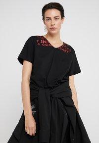 MM6 Maison Margiela - T-shirt imprimé - black/red - 3