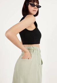 Bershka - MIT STRETCHBUND  - Trousers - green - 3