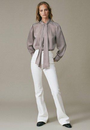 MIT HOHEM BUND  - Flared Jeans - beige