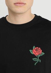 Mister Tee - ROSE TEE - T-shirt z nadrukiem - black - 4