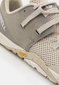 Merrell - GLOVE 6 - Zapatillas de trail running - birch - 5