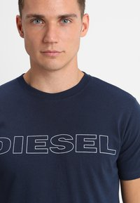 Diesel - UMLT-JAKE - T-shirt imprimé - dark blue - 4