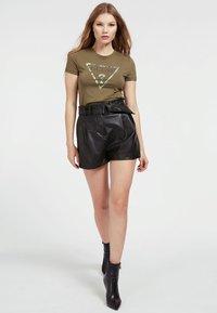 Guess - T-shirt z nadrukiem - grün - 1