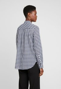 J.CREW TALL - CLASSIC FIT BOY IN CRINKLE GING - Button-down blouse - classic navy - 2