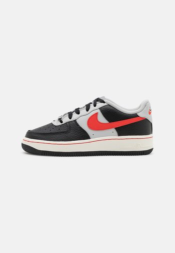 AIR FORCE 1 LV8 EMB - Sneakers basse - black/chile red/grey fog/sail
