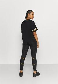 Everlast - T-shirt con stampa - black/nuggets/white - 2