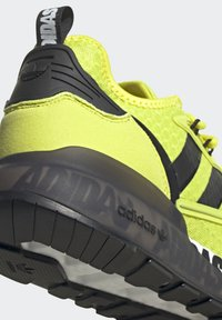 adidas Originals - ZX 2K BOOST UNISEX - Tenisky - acid yellow/core black/footwear white - 11