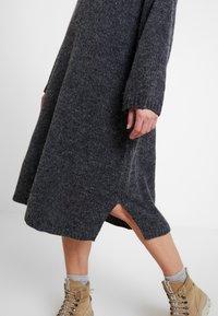 Monki - MALVA DRESS - Pletené šaty - grey dark unique - 4