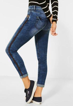 MIT TASCHENDEKO - Slim fit jeans - blau
