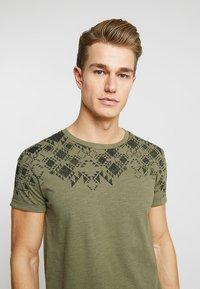 TOM TAILOR DENIM - Print T-shirt - dusty olive green - 3