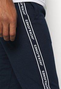 Jack & Jones - JCOZHALF TAPE  - Pantaloni sportivi - navy blazer - 4