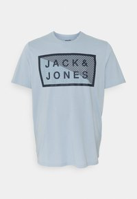 Jack & Jones - JCOSHAWN TEE CREW  NECK - Print T-shirt - dusty blue - 0