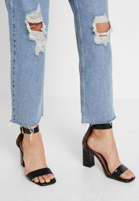 BDG Urban Outfitters - PAX - Jean droit - destroyed denim - 4