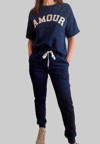 Mottele - CONJUNTO AMOUR - Pantalones deportivos - azul marino - 1