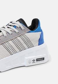 adidas Originals - GEODIVER PRIMEBLUE UNISEX - Trainers - grey one/white/core black - 6