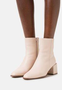Zign - Korte laarzen - off white - 0
