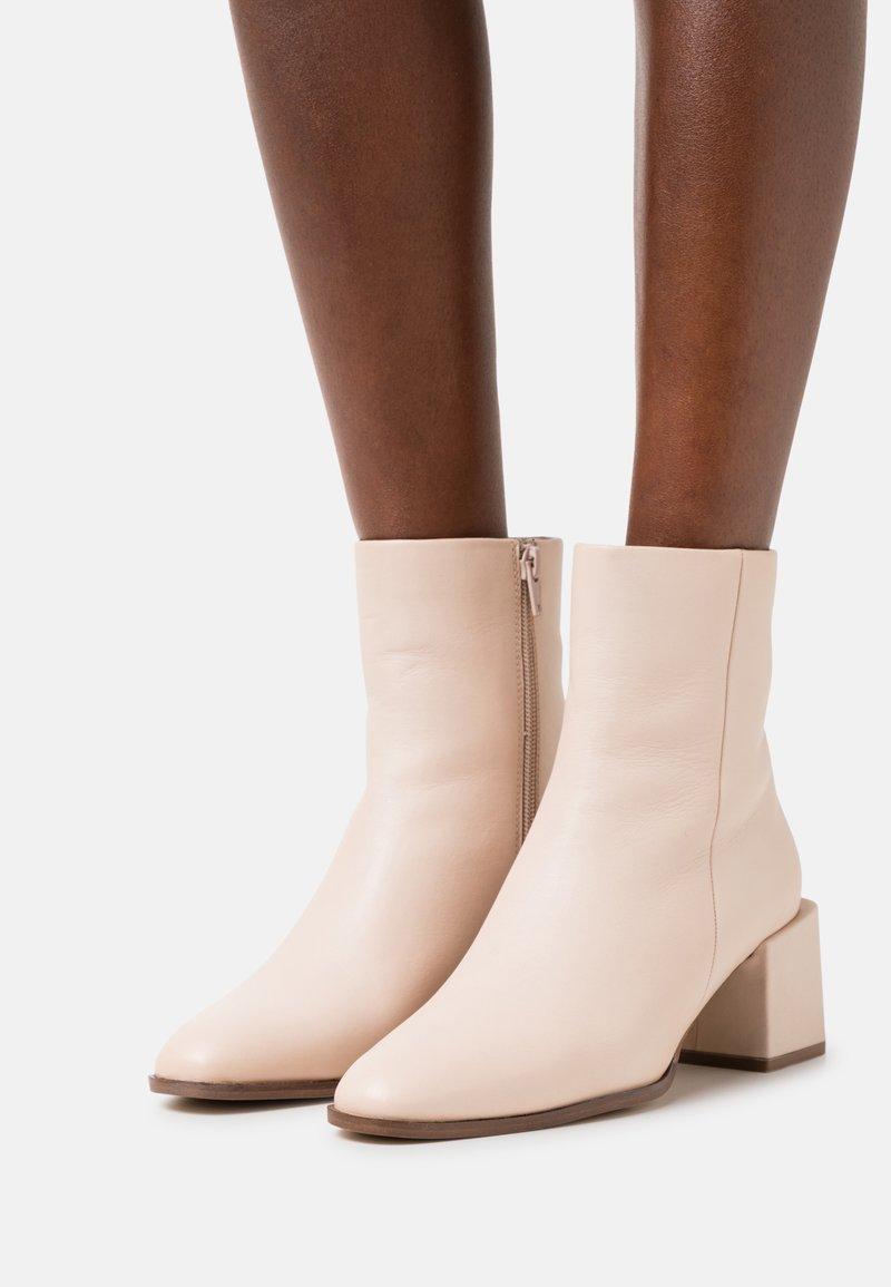 Zign - Korte laarzen - off white