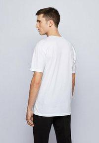 BOSS - TERISK - Print T-shirt - natural - 2