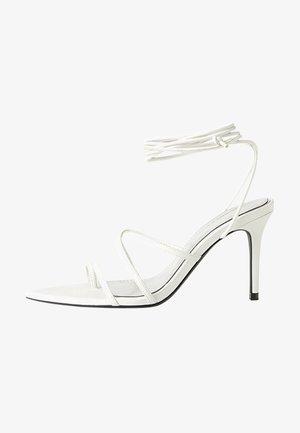 MIT SCHNÜRRIEMCHEN - Sandalen met hoge hak - white